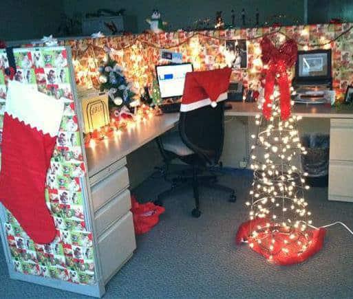 arbeitsglueck-weihnachtstipp2-arbeitsplatz ist übertrieben dekoriert